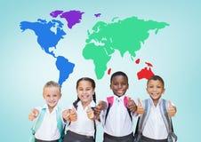 Instruisez les enfants tenant des pouces devant la carte colorée du monde Photo libre de droits