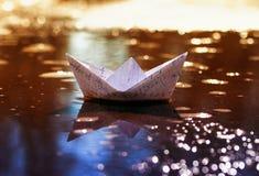 instruisez peu de bateau de papier de commutateur cellulaire de carnets Photographie stock libre de droits