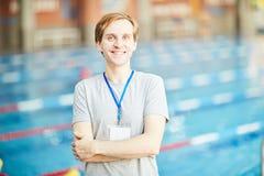 Instruktör av simning arkivfoto