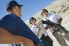 Instruktör med mannen och kvinnan på skjutavstånd Royaltyfri Bild