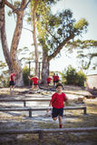 Instruktör som instruerar ungar under utbildning för hinderkurs fotografering för bildbyråer