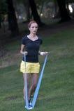 Instruktörarbete med pilatesgummibandet royaltyfri fotografi