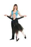 Instruktören stöttar utbildningen av den unga dansare Royaltyfria Bilder