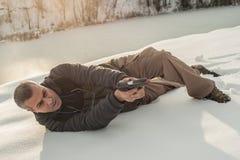 Instruktor demonstruje ciało pozycję armatnia strzelanina na mknącym pasmie zdjęcia royalty free