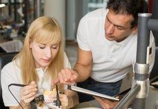Instruktor uczy aplikanta w stomatologicznym lab obraz royalty free