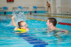 Instruktor uczy dziewczyny dopłynięcie w basenie Zdjęcie Royalty Free