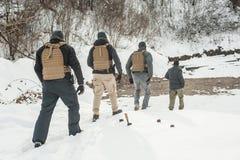 Instruktora i wojska żołnierze w zupełnym wyposażeniu ciężkiego szkolenie zdjęcia stock