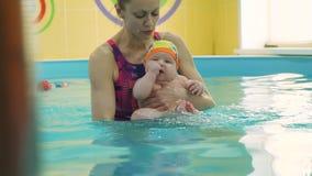 Instruktora nauczania dziecko pływać w wodnym basenie zbiory