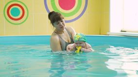 Instruktora nauczanie Pływać Sześć miesięcy Starego dziecka zdjęcie wideo