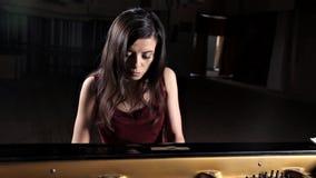 钢琴演奏家音乐家钢琴音乐使用 与妇女执行者的乐器大平台钢琴 影视素材