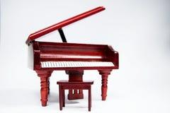 Instrument classique miniature de clavier de piano sur le fond blanc images libres de droits