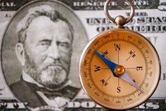 Instrument de boussole devant un dollar US 50 Bill Image stock