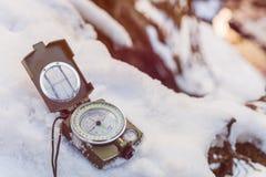 Instrument de boussole sur la neige images stock