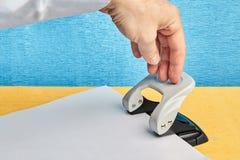 Instrument de bureau pour faire des trous en papier image libre de droits