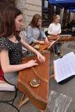 Instrument de ficelle plumé par Lithuanien de jeu de musicien Images stock