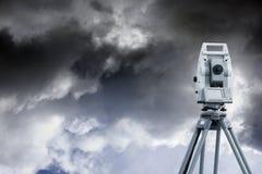 Instrument de mesure et ciel nuageux Image libre de droits