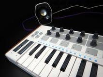 Instrument de musique électronique ou égaliseur audio de mélangeur ou de bruit sur un synthétiseur modulaire analogue de fond noi Photos libres de droits