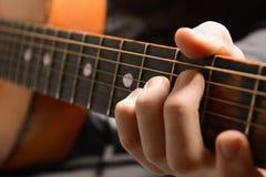 Instrument de musique avec des mains d'interprète image stock