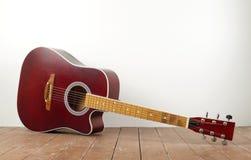Instrument de musique - bois classique de guitare acoustique et fond blanc photo libre de droits