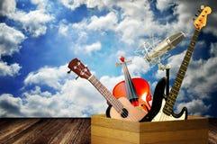 Instrument de musique dans la boîte en bois images libres de droits