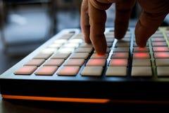 Instrument de musique pour la musique électronique avec une matrice de 64 clés photo libre de droits