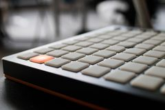 Instrument de musique pour la musique électronique avec une matrice de 64 clés images libres de droits
