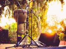 Instrument de percussion de Timbales dans le coucher du soleil Image libre de droits