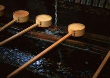 Instrument en bois japonais de bâton avec le fond principal circulaire photos stock