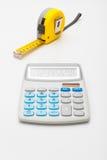 Instrument för mätning och beräkning - gul linjal och räknemaskin royaltyfri bild