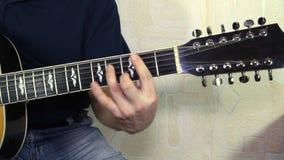 Instrument muzyczny z gitarzysta rękami zbiory
