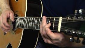 Instrument muzyczny z gitarzysta rękami zbiory wideo