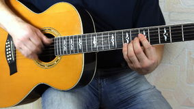 Instrument muzyczny z gitarzysta rękami zdjęcie wideo