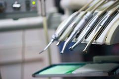 Instrument stomatologique dans la clinique de dentistes Opération, remplacement de dent photographie stock libre de droits