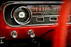 Instrumentbräda av den klassiska röda retro bilen Arkivfoto