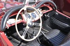 Instrumentbräda av en antik röd klassisk bil Arkivbilder