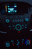 Instrumentbräda med ljudutrustning i kabin av den moderna nya bilen Royaltyfri Bild
