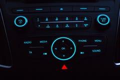 Instrumentbräda med ljudutrustning i kabin av den moderna nya bilen Royaltyfri Fotografi