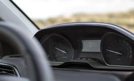 Instrumentbräda och hastighetsmätare i en ny bil royaltyfri fotografi