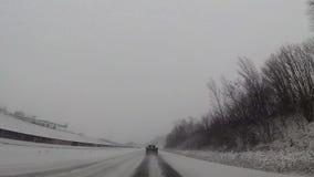 Instrumentbrädakamera i bilen, snö på huvudvägen arkivfilmer