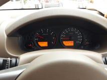 Instrumentbrädan berättar hastigheten av bilen, värmer jämnt, bränsle fotografering för bildbyråer