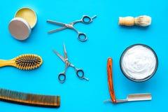 Instrumente der Draufsicht des männlichen Friseurfriseursalons über blauen Hintergrund lizenzfreies stockbild