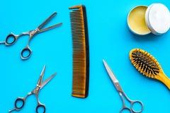 Instrumente der Draufsicht des männlichen Friseurfriseursalons über blauen Hintergrund lizenzfreies stockfoto
