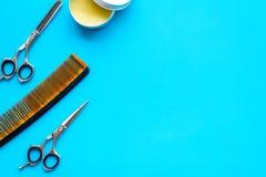 Instrumente der Draufsicht des männlichen Friseurfriseursalons über blaues Hintergrundmodell stockfotos