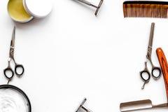 Instrumente der Draufsicht des männlichen Friseurfriseursalons über den weißen Hintergrund Schein oben stockfotos