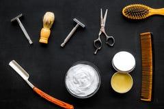 Instrumente der Draufsicht des männlichen Friseurfriseursalons über dunklen Hintergrund stockfotos