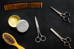 Instrumente der Draufsicht des männlichen Friseurfriseursalons über dunklen Hintergrund lizenzfreie stockbilder
