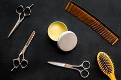 Instrumente der Draufsicht des männlichen Friseurfriseursalons über dunklen Hintergrund stockbild