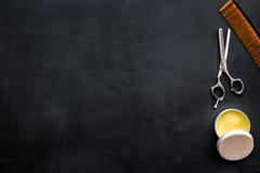 Instrumente der Draufsicht des männlichen Friseurfriseursalons über dunkles Hintergrundmodell stockfotografie