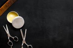 Instrumente der Draufsicht des männlichen Friseurfriseursalons über dunkles Hintergrundmodell lizenzfreie stockfotografie