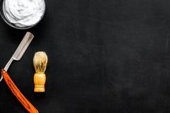 Instrumente der Draufsicht des männlichen Friseurfriseursalons über dunkles Hintergrundmodell lizenzfreie stockfotos